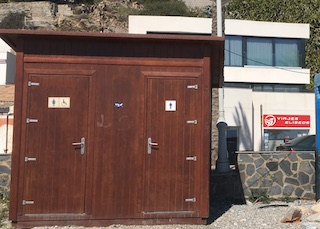 ECO Castell Beach Toilets 01